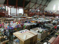 市場大好きな私。もちろん寄り道、「イダルゴ市場」。ところ狭しと店が並んでます。1階はゴハン処、2階は服や雑貨。刺繍の服を探してみましたが、心惹かれるものが見つけられず!