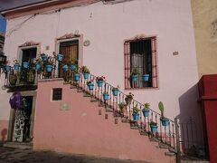 時差ボケもあるだろうし、グアナファトではのんびりしようと。街歩き。階段に青い鉢が飾られているステキなお家を発見。