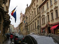 ネルドヴァ通りを進んでいきます。なぜかルーマニア国旗。