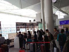 名鉄の特急に乗り、セントレアに到着。 朝8時前、JTBのカウンターが大行列でびっくり。