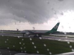 モニターと機内食のおかげで、あっという間に台湾に到着! うーん、外は雨のよう…