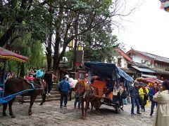 馬車にも乗っても良かったのだが古鎮内は狭いので 歩いてもあまり疲れない。 麗江古城と違って石畳も平らで歩きやすく整備されていた。