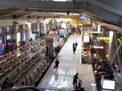 麗江三義国際空港は綺麗で新しい 。 トイレも清潔できれいだった。 どの空港もペーパーはあった。 ペーパーは籠に捨てるのだが清掃員がいて すぐキレイにしてくれる。