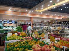 麗江の南門の向かいへ道を渡って東に5軒目 くらいに大型スーパーの麗龍超市南門店がある。 日曜なのにあまりお客さんはいない。 麗江古城の住民は個人のお店で買っているのかな?