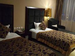 旅の最終は昆明のホテルで2泊した。 ジンホワ インターナショナル ホテル ユンナン キングワールド インターナショナル ホテルともなっている。 (Jinhua International Hotel) 錦貨国際酒店 クレジットで支払った。 374元(6,358円税込、ブッフェ朝食込) アップグレードしてくれたので長椅子や勉強机などがあった。 回転窓が少し開くのが良かった。