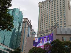 屋上に回転レストランがある昆明ジンジャン ホテル (錦江大酒店)。 前の歩道に大型の空港バスが大抵一台は停まっている。 写真左の歩道に小さなチケットオフィスがありそこでバスチケットを 購入できる。 料金は一人25元で特に座席指定はなかった。 宿泊したジンボアホテルは少し中に入った青いビルの右にある 23階建てのホテル。 2月、3月に続いて私たちの定宿になった。 1泊朝食付で1人あたり1,600円弱と破格の値段だ。