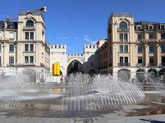 カールス広場(シュタフス)          大きな噴水があり,市民の憩いの場となっているこの広場は,標識や駅名には「Karlsplatz (Stachus)」と標記されている。オイスタヒウスという人が現在カールシュタットというデパートが立つ場所で営んでいた「シュタフス」という酒場に因んで,市民が自然とこの広場をそう呼ぶようになったことの名残り。一説には、バイエルンをオーストリアに売り払おうとした選帝侯を市民が嫌い,彼の名を冠した「カールスプラッツ」と呼ぶことを避けたともいわれている。