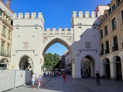カールス門   14世紀に建てられた門(ノイハウザー門)を,選帝侯カールテオドールが1791年に建て直し,以来カールス門と呼ばれた。この門から東側のノイハウザー通りは歩行者天国になっている。