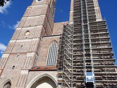 フラウエン教会   1468~88年に建設の教会で,16世紀に建てられた玉ねぎ型の屋根が載った2本の塔が特徴的。北塔は約99m,南塔は約100mの高さがある。