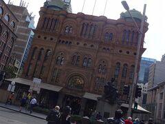 有名なクイーン・ヴィクトリア・ビルディングに到着。ここがちょっと楽しみだった私。初日にしてもう来てしまった。