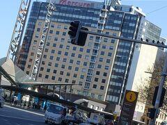 ほぼジョージストリートをまっすぐ往復した散歩が終わってやっと帰ってきた感があるメルキュール シドニーホテル。セントラル駅の横なのですぐわかります。