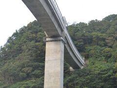 餘部鉄橋です。 地上高40m っていうかコンクリート製に架け替えられてるんで、コンクリート橋? 橋桁はまっすぐではなく、微妙にカーブしています。