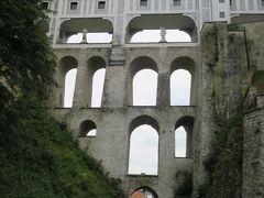 北側から見たプラーシュティ橋(most na plásti)の全景  下から見上げると水道橋のようにも見える?!