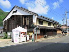 竹田駅からバスに乗って竹田城跡へ向かうのですが、発車まで30分近くあるので、駅の周辺を散策。 木村家は元、武田信玄の家臣であったそうで、1625年に酒屋として創業し、その建物は国登録の有形文化財になっています。現在は情報館、レストランホテルとしても活用されています。