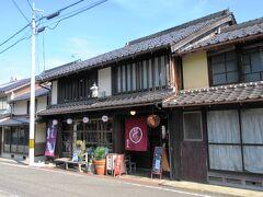城下町に溶け込んだカフェ・寺子屋もあり、ランチには、すきやき御膳も食べれるようです。高倉健さんの映画「あなたへ」のロケが行われたようで、ポスターが貼ってありました。