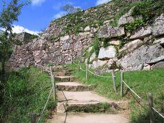 料金所から北千畳までは階段が続いていて、ここが一番しんどい場所だったと思います。すばらしい石垣は、竹田城の石垣はこの地で採石されたものが使われているそうです。