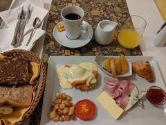 朝はフレンチにしました。エッグベネディクト(お皿左上)、甘く煮たリンゴをのせたフレンチトースト、クロワッサン、ハム、ブリーチーズなど。エッグベネディクト(下にはスモークサーモンとクリームチーズが!)、濃厚でおいしいです。