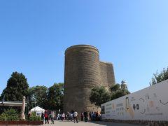 乙女の塔 Maiden's Tower 「グズガラスゥ」の名で親しまれるバクーのシンボルです。拝火教寺院として最初に塔が建てられたのは紀元前5世紀のことで、塔は要塞の役割も果たしていました。 高さは30メートルの塔は12世紀に建て直されたものです。塔の名前の由来には望まない結婚を強要された少女がこの塔からカスピ海に身を投げたため、など諸説があります。  内部はバクーや塔の歴史に触れられる小さな博物館とのこと。 塔の屋上からはカスピ海と町の様子を眺めることができます。2000年、シルヴァンシャー宮殿と共にユネスコの世界遺産に登録されています。 入館料が意外にも高いので我が家は入りません。(笑)