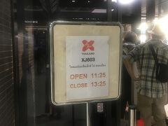 成田からエアアジアXで出発です!! え?!こんなところに?!という感じのカウンターの位置にびっくり笑
