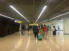 ドンムアン空港に到着~ エアアジアXは、数年前に乗ったエアアジアよりは座席も広くてマシだったような気が…