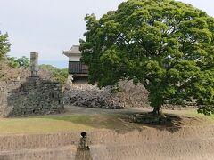 9月は熊本城の中には入れない為、二の丸公園から熊本城を見るのがベストという事で、二の丸公園に向かいました。 石垣が崩れている部分を見ると、地震の被害の大きさが分かりました。