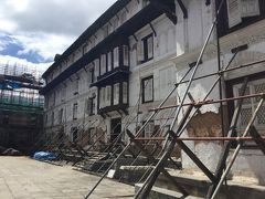 引き続いてクマリの館の前にあるハヌマンドカ (旧王宮)に入ります。 ここも地震の後突っかい棒をしていました。