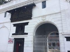 ガッディ バイタックは白亜の洋式宮殿です。 4年前の地震でヒビ割れができたそうですが修復されたのでしょうか。