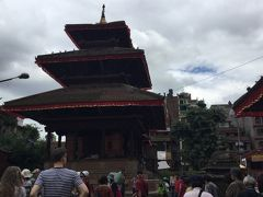 マハ ヴィシュヌ 寺院 Maha Vishnu temple は、 ダルバール広場のタレジュ寺院とカーラ・バイラヴの 間にあり、2015年の地震でレンガが大きくずれているので 突っかい棒をしていた。 至るところの建物に突っかい棒はしていた。