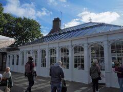 その後、ロイヤルマイル沿いのお店を眺めながら、ホリルードハウス宮殿へ。 まずは宮殿に入る前に併設のカフェに。
