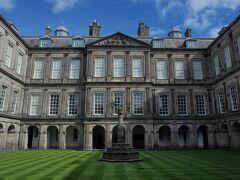 続いてホリルードハウス宮殿に入場。 夏場にはエリザベス女王も滞在する事があるらしい。