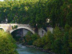 真実の口広場と接しているようなパラティーノ橋(Ponte Palatino)でテベレ川を西側に渡ります。パラティーノ橋からは、ティベリーナ島(Isola Tiberina)や川中島に架かる二つの橋と残骸化している古代の橋が良く見えました。 二つの橋とは、ファブリキウス橋(Ponte Fabricio)とケスティウス橋(Ponte Cestio)です。 ファブリキウス橋は建設されたのが紀元前62年。最初の架橋かと思っていたら、驚くことに、それ以来ずーっと現役のとのことです。  ティベリーナ島 Isola Tiberina ~ テベレ川 ~ ファブリキウス橋 Ponte Fabricio