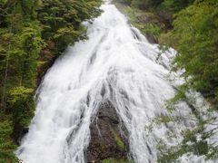 大迫力の奥日光名瀑三滝の2つ目湯滝の滝下に出ます。 落差は50メートル。滝つぼに近いところに展望所があるのでド迫力の滝です。 中学校の修学旅行で日光に来たのですが、龍頭ノ滝、華厳の滝よりも印象に残っている滝です。