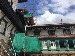 ハヌマンドカ (旧王宮)も地震の影響があり突っかい棒やシートで覆ったところがありました。