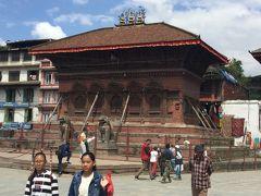 Shiva Parvati mandir シヴァ パールヴァティ寺院はダルバール広場の北側にあり、 木彫りの素晴らしい窓枠からは、シヴァ神とパールヴァティー妃のカップルが寄り添って人間の町を見下ろしている。 地震の後の突っかい棒が目立ちます。