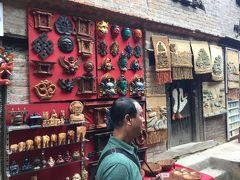 Oriental Wood Craft という土産店で、 木彫りの品物を売っています。 木彫り美術館がここにあり、孔雀の窓は木彫りの最高傑作だそうです。