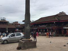 広場の向こう側には、ビムセン寺院 Bhimsen Mandir が、左の2層の寺院です。 ShriBhimsen Temple の左にある2層の寺院は、 Tachapal Bhimsen Templeで、その隣はカフェです。 右隣には、Peacock Guest House がありました。