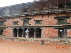 マンガルバザールもダルバール広場 (パタン)に組み込まれており、 クリシュナ寺院 (チャム デワル)からタレジュ寺院、パタン博物館まで 広く多くの寺院がありました。