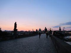 6時前に起きたので、朝のカレル橋を見に。この日の日の出は6:30頃でした。6:10頃行ったらちょうどこんな美しい景色が…!この景色を見れただけでも、「プラハに来てよかった」としみじみ思いました。