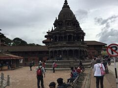 クリシュナ寺院 (チャム デワル) Krisnhna Mandir (Cham Deval) はダルバール広場の南側にある八角形の寺院です。 1723年に建てられた新しい方の寺院です。 震災の修復は終わったようです。 ヴィシュヌの乗り物、神鳥ガルーダ像の石柱も健在です。 仏陀を祀っているそうです。