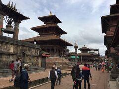 八角形のクリシュナ寺院の北にタレジュの鐘がありました。 大きな立派な鐘です。ヒンドゥー教です。 1736年にヴィシュヌ王によって作られたそうです。 鐘は王に訴えるために鳴らされてそうです。 道を挟んでタレジュ寺院がありました。