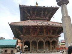 2015年の地震で崩壊したそうですが、 立派に再建されていました。 Krishna Mandir の南にある2層の屋根を持つ寺院です。
