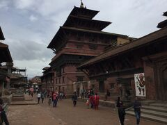 デグタレ寺院は3層の屋根の寺院で、 タレジュ寺院の北、パタン博物館との間にありました。 随分大きな寺院です。 震災の影響はなかったようです。