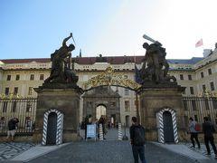 ようやくプラハ城に到着。正門前。衛兵がまだいません。9時前だから?  門を飾る彫像は「戦う巨人たち Wrestling Titans」。平和主義者な私としては、「正門になぜこんな物騒な像を…?」と思います。…はっ、まさか「不法侵入しようとしたらこんな風にしてやるからな」ってこと!?(( ;゚Д゚))ガクブル プラハ城は、大統領府があるせいか警備がかなり厳重です。 城内では迷彩服にベレー帽の兵士が歩き回ってるし、入場時の荷物検査も軍人さんだし。シャレにならん…。  ちなみにこの門は出口専用です。入場はここよりかなり左手にある門からですので、お間違えのないよう(^^;
