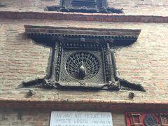 孔雀の窓はネワール彫刻の最高傑作です。 ダッタトラヤ寺院の裏には木彫美術館Wood Carving Museumとなっている プジャリマートがあり、孔雀の窓は左側面にあります。 15世紀に作られたようです。