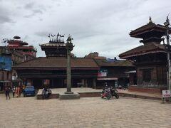 正面の建物がビムセン寺院です。 右側の2層寺院はTachapal Bhimsen Temple で、 正面のはShriBhimsen と言うそうです。 タチュパル広場にある商売の神を祀っている。 ダッタトラヤ寺院の向かいです。