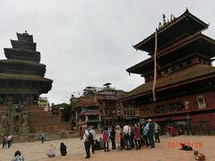 Bhairavnath Temple バイラヴナート寺院 はニャタポラ寺院に向かって右側にあり、 17Cに建てられたが、1934年の地震の後に立て直されたそうです。