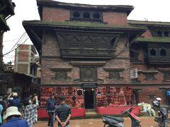 プジャリ マティ (木彫美術館)です。 木彫りが得意で建物の左側面の孔雀の窓は最高傑作です。