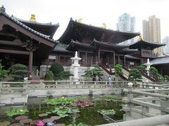 本堂の前には蓮の池。  続いて黄大仙へ。