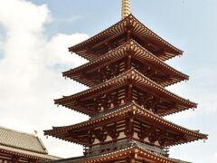 鮮やかな五重塔!最上階の仏舎利を拝み、金堂と講堂にもお参りしました。