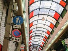 日本橋に戻って黒門市場へ。一気に人口密度があがる。ほぼ外人しかいない。